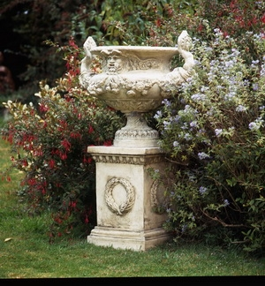 A pair of grand urns of French origin AR523