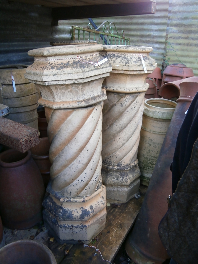 LARGE BUFF CHIMNEY POT AR31